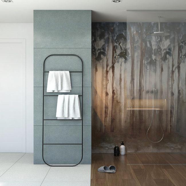 prysznic walk-in duży z płytkami imitującymi drewno